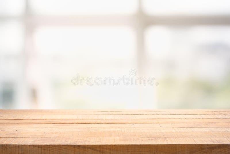 弄脏白色玻璃窗和绿色看法背景从庭院 库存图片