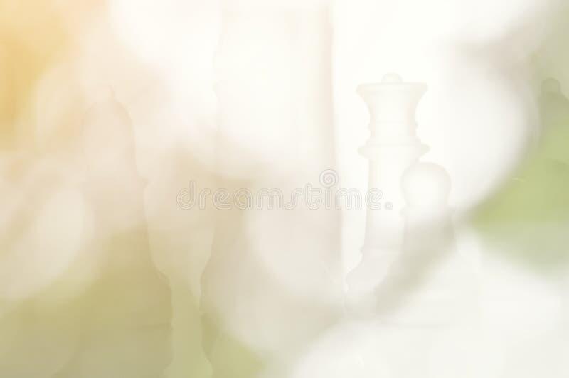 弄脏美好的玻璃棋和人造光在bokeh背景 库存照片