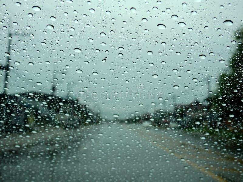 弄脏背景,看法通过挡风玻璃在一个雨天 库存照片