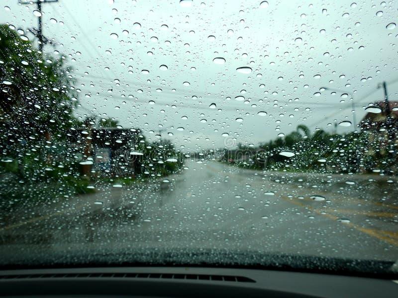 弄脏背景,看法通过挡风玻璃在一个雨天 免版税库存图片