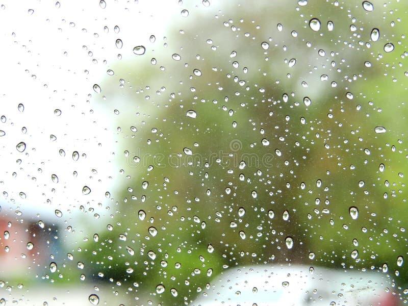 弄脏背景,看法通过挡风玻璃在一个雨天 免版税库存照片