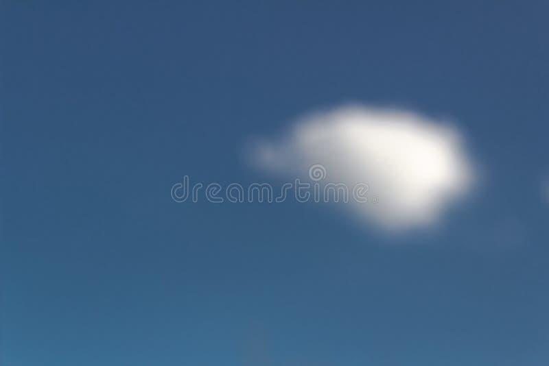 弄脏,在焦点偏僻的矮小的白色云彩外面反对蓝色清楚的天空,风暴先驱者,天旱在沙漠,首先 图库摄影