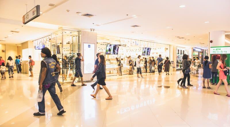 弄脏,走在走廊的人们在Seacon广场百货商店Srinakarin路,曼谷泰国, 2018年3月4日 免版税图库摄影