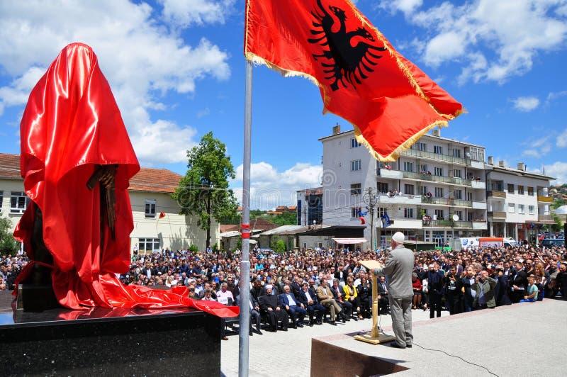 仪式在镇中心揭露了纪念碑阿德姆Jashari在Dragash 库存照片