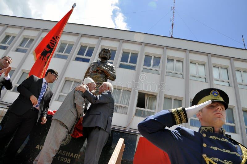 仪式在镇中心揭露了纪念碑阿德姆Jashari在Dragash 免版税图库摄影