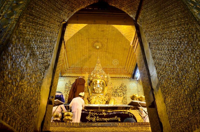 仪式开始修士洗涤面孔并且刷菩萨图象的牙 免版税库存照片