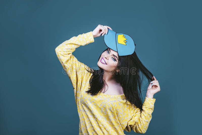 式样妇女年轻和美丽仿照在蓝色的流行艺术样式 免版税图库摄影