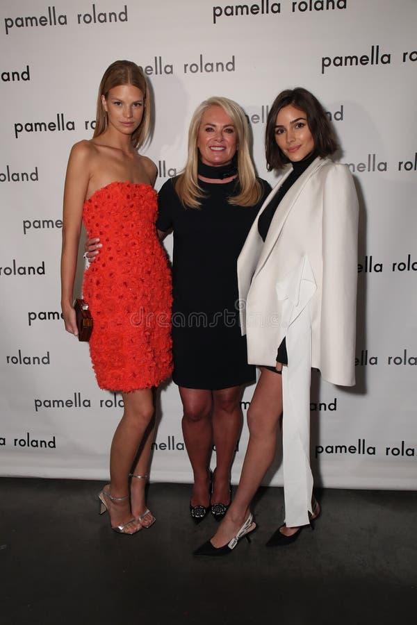 式样纳迪娜利奥波德、设计师Pamella罗兰特和女演员奥利维亚・卡波摆在得后台 库存照片