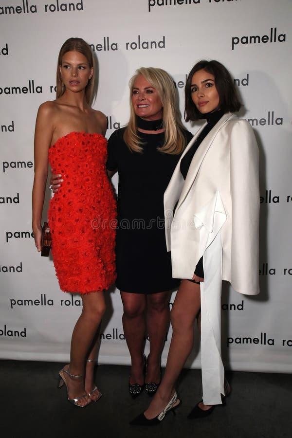 式样纳迪娜利奥波德、设计师Pamella罗兰特和女演员奥利维亚・卡波摆在得后台 免版税库存照片