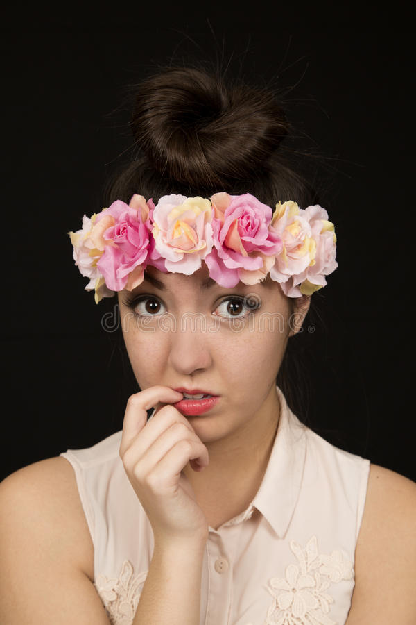 式样美丽的亚裔美国人青少年的女孩咬住她的指甲盖图片
