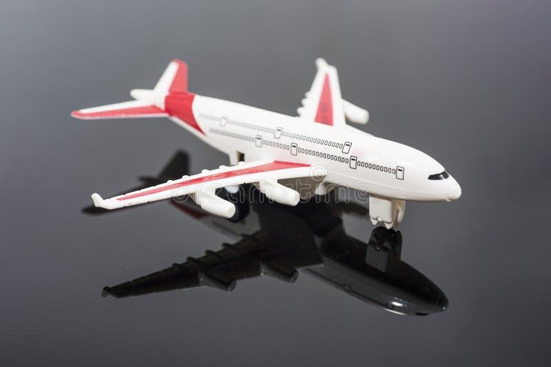 式样飞机,在黑镜子隔绝的飞机 库存照片