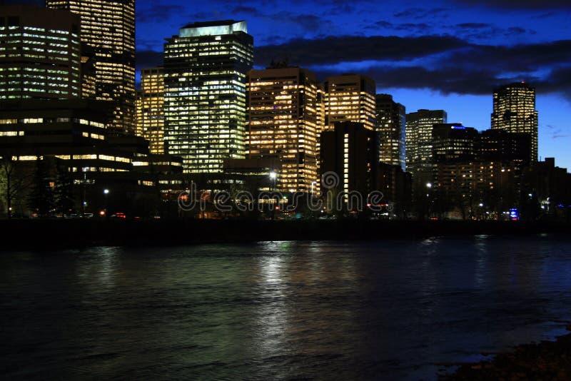 弓卡尔加里晚上河 库存照片
