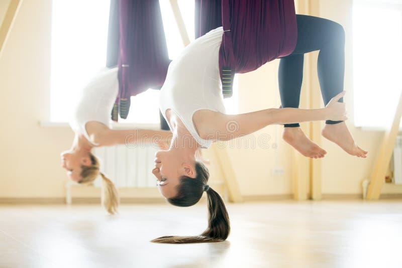 弓在吊床的瑜伽姿势 免版税库存图片