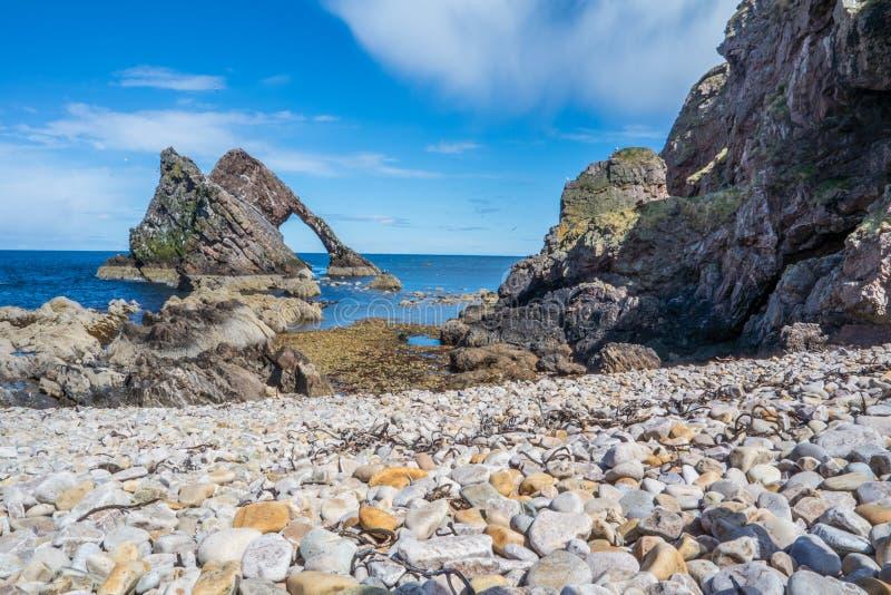 弓在Portknockie的无意识而不停地拨弄岩石 免版税库存照片