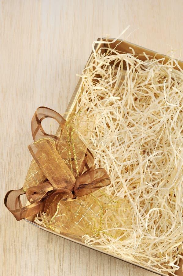 弓开放配件箱的礼品 免版税库存照片