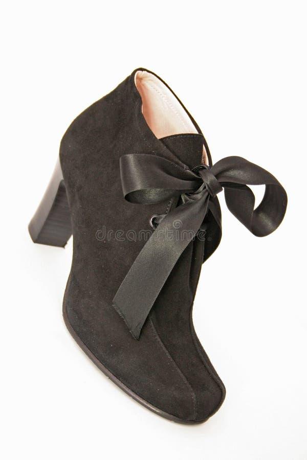 弓棕色脚跟高鞋子绒面革妇女 免版税图库摄影