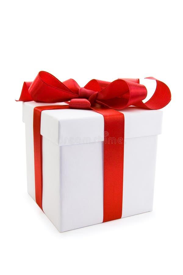 弓配件箱礼品红色丝带缎光白 免版税库存照片
