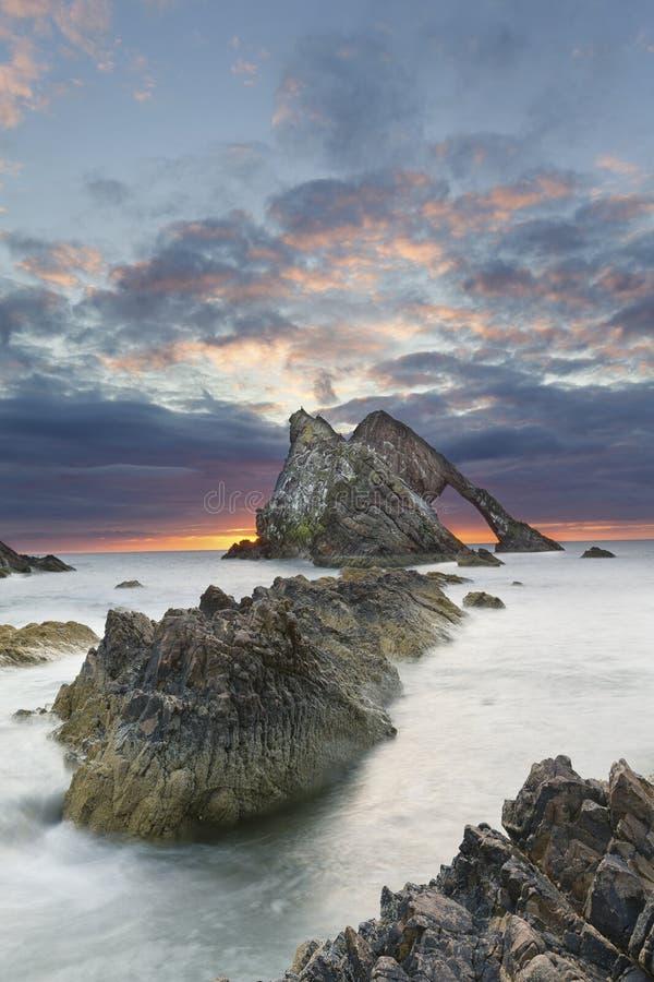 弓fidle岩石在苏格兰的海岸的日出风景在多云早晨 免版税库存图片