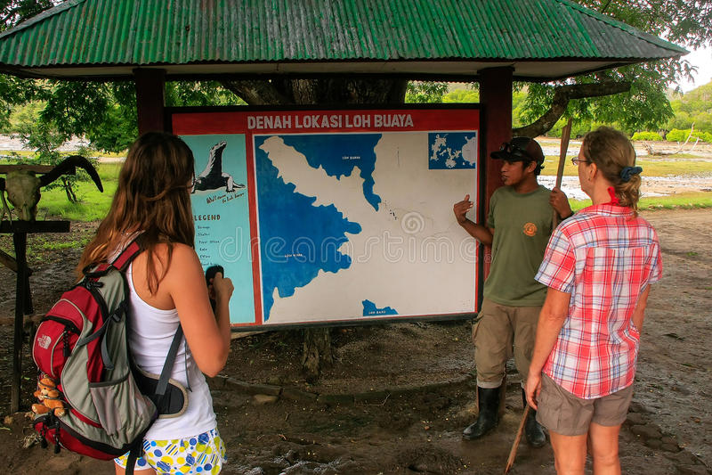 引导谈话与游人在林卡岛海岛上的访客中心, 库存照片