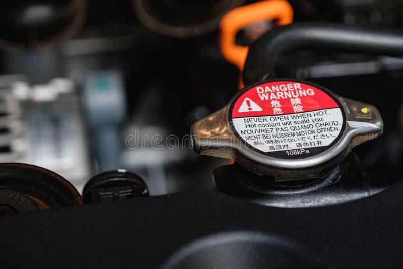 引擎有警告标记的散热器的盖子 免版税库存照片