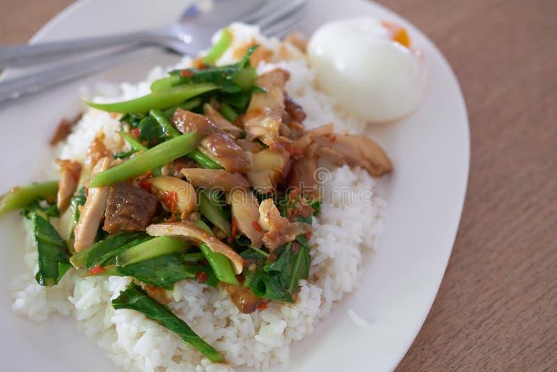 引起油煎的圣洁蓬蒿鸡切片用鸡蛋和在板材的烹调米 库存图片
