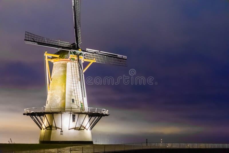弗利辛恩风车在夜,典型的荷兰风景,历史建筑,西兰省,荷兰之前 免版税库存图片