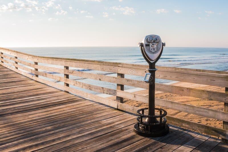 弗吉尼亚海滩投入硬币后自动操作的观光的双筒望远镜 库存照片