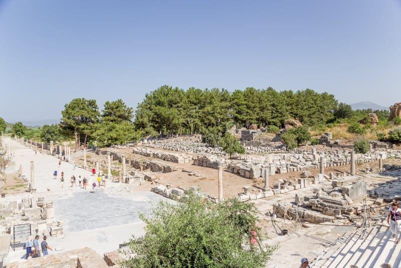 以弗所,土耳其考古学站点  口岸街道和健身房(与操场的浴) 免版税图库摄影
