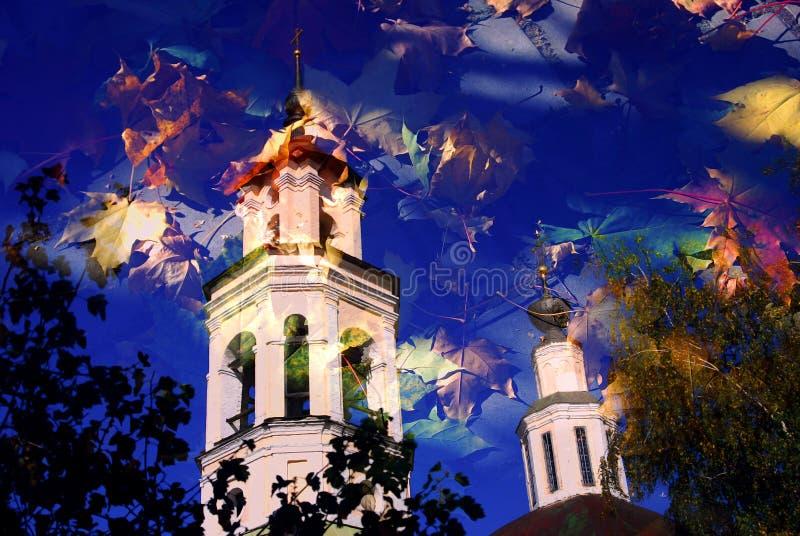 弗拉基米尔镇,俄罗斯建筑学  秋天蓝色长的本质遮蔽天空 免版税库存图片