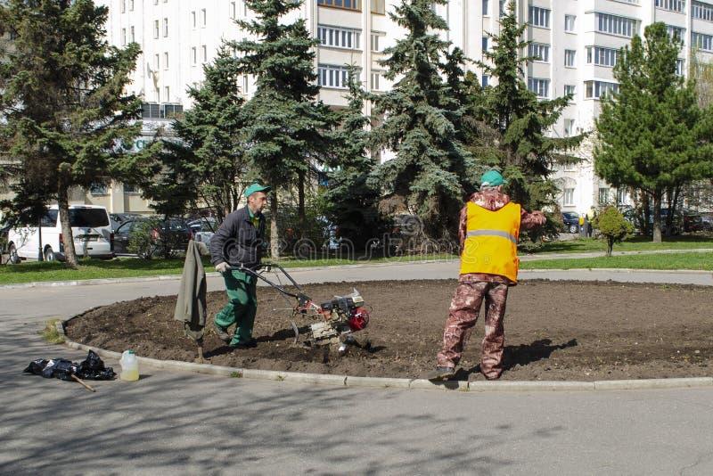 弗拉基米尔,俄罗斯2019年4月30日胜利广场在处理花床的弗拉基米尔由公共事业在种植花前 免版税库存图片