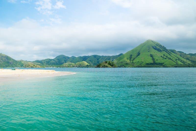 弗洛勒斯海岸线有青山的沿海洋,弗洛勒斯,印度尼西亚 免版税库存照片