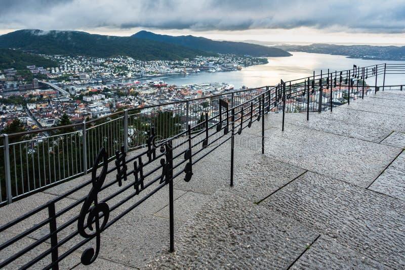 弗洛扬山著名的音乐围栏,享有挪威卑尔根的壮观全景 图库摄影