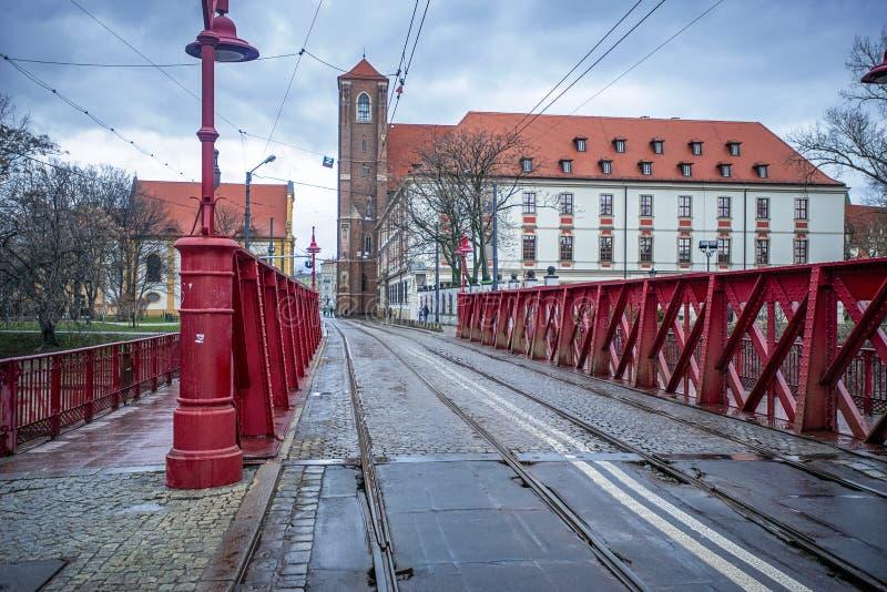 12/22/2018弗罗茨瓦夫,波兰,在一条河的一座老桥梁在与电车足迹的市中心 免版税库存图片