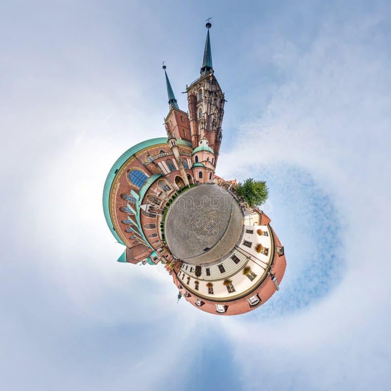弗罗茨瓦夫,波兰- 2018年10月:一点行星 在街道古老中世纪城市弗罗茨瓦夫,波兰的球状空中360全景视图 库存图片