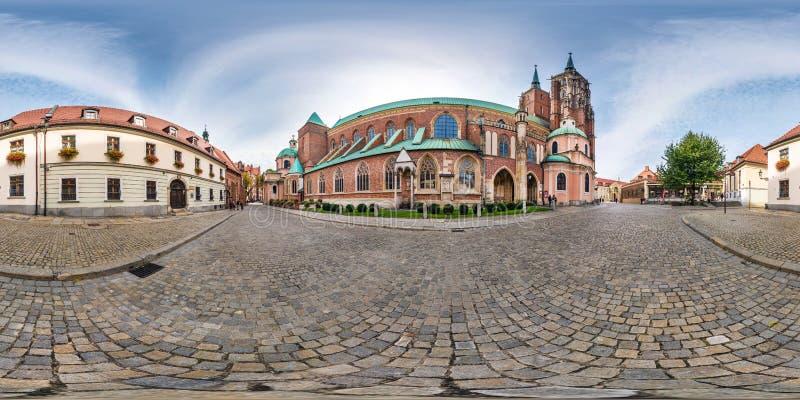 弗罗茨瓦夫,波兰- 2018年9月:充分的无缝的球状全景360度区与尖顶的Ostrow Tumski哥特式 库存照片