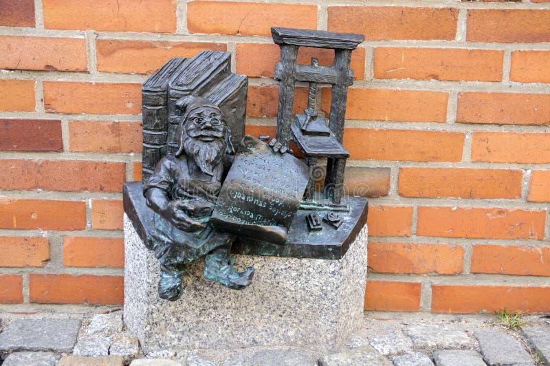 弗罗茨瓦夫/波兰- 2018年3月30日:在弗罗茨瓦夫街道街道的弗罗茨瓦夫krasnale现代美术小小雕象  库存图片