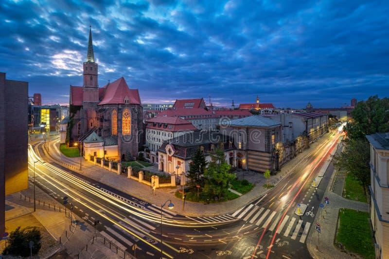 弗罗茨瓦夫 黄昏与教堂的空中城市景观 免版税图库摄影