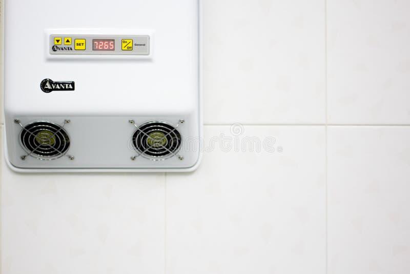 弗里亚济诺,俄罗斯- 06 11 2018年:医房的空气消毒作用的设备 纯净,优质的服务诊所 库存图片