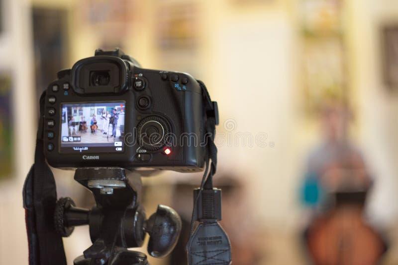 弗里亚济诺,俄罗斯- 05 22 2018年:在三脚架的佳能照相机记录音乐会 免版税库存照片