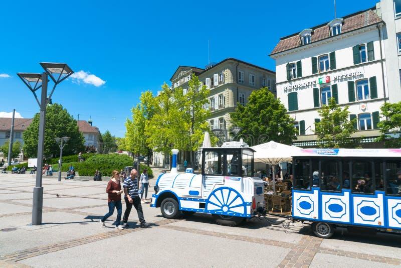 弗里堡,瑞士5月FR//30日2019年:蓝色和白色微型火车旅行通过古城弗里堡与 免版税库存照片