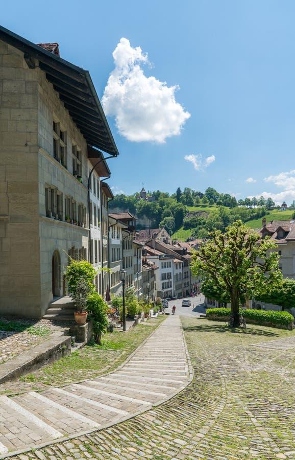 弗里堡,FR/瑞士- 2019年5月30日:弗里堡历史的瑞士的看法有它的老镇和著名教堂的 免版税图库摄影