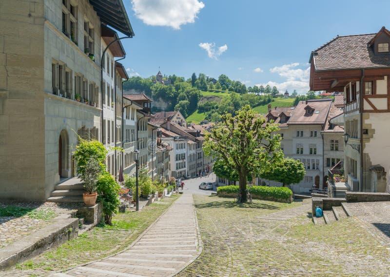 弗里堡,FR/瑞士- 2019年5月30日:弗里堡历史的瑞士的看法有它的老镇和著名教堂的 库存图片