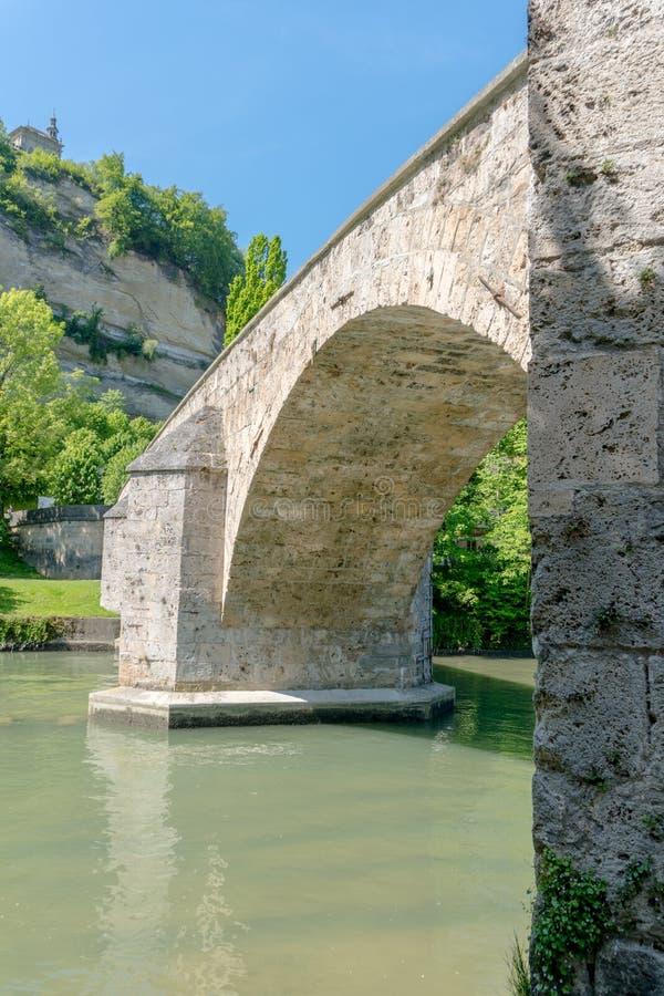 弗里堡,FR/瑞士- 2019年5月30日:观点的历史的Pont de Milieu在有教堂de la的洛雷特弗里堡在 免版税库存照片