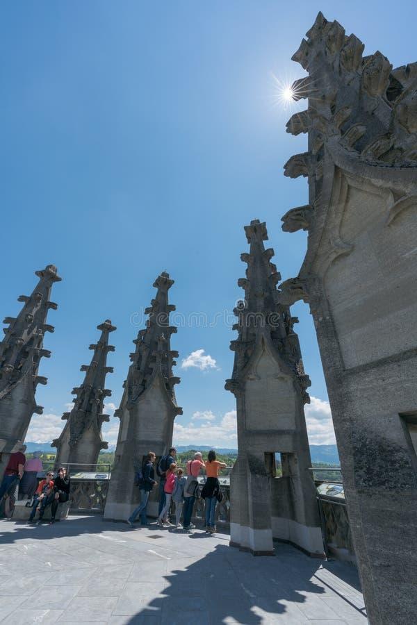弗里堡,FR/瑞士- 2019年5月30日:许多游人从圣尼古拉斯大教堂的顶端钟楼享受看法 图库摄影