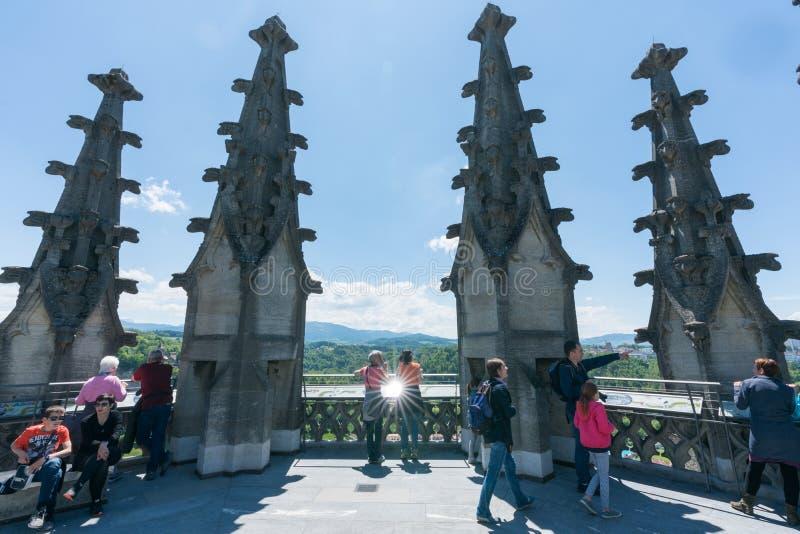 弗里堡,FR/瑞士- 2019年5月30日:许多游人从圣尼古拉斯大教堂的顶端钟楼享受看法 免版税库存图片