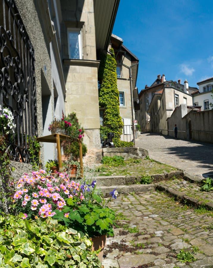弗里堡,FR/瑞士- 2019年5月30日:鹅卵石街道和大厦在老镇弗里堡瑞士  免版税库存照片