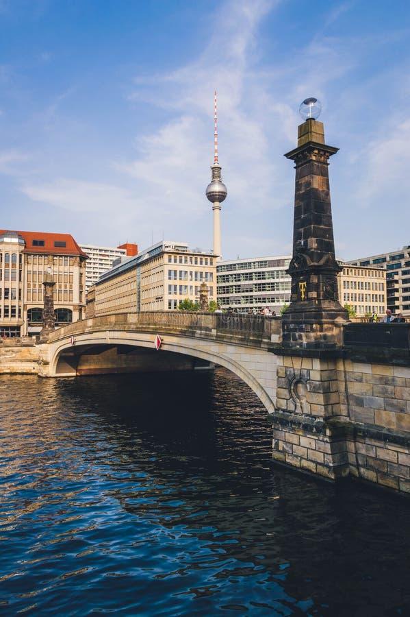 弗里德里克与电视一起的桥梁和狂欢河从柏林耸立 库存照片