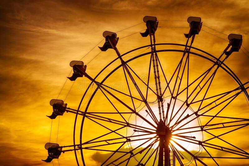 弗累斯大转轮剪影在日落的在集市 库存照片