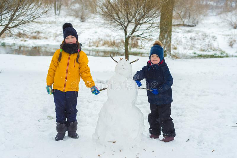 弟弟和姐妹画象  儿童游戏在冬天 库存图片