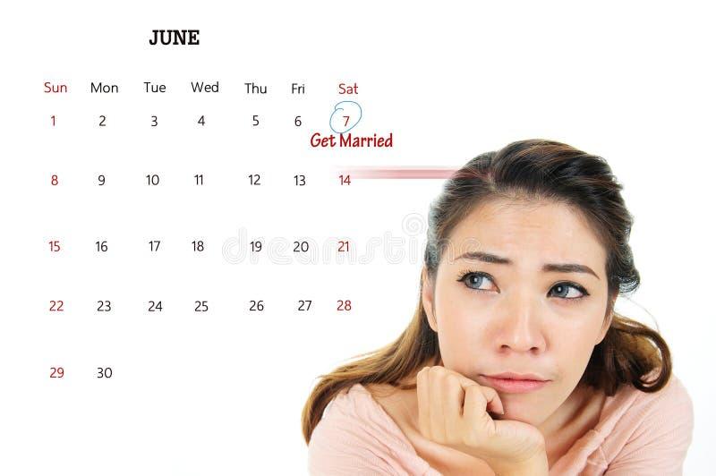 紧张的妇女考虑结婚 免版税库存图片